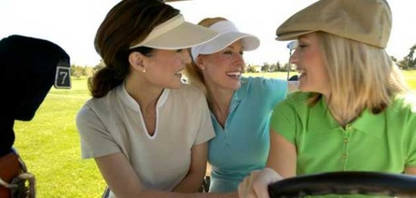 women-golfers-on-course