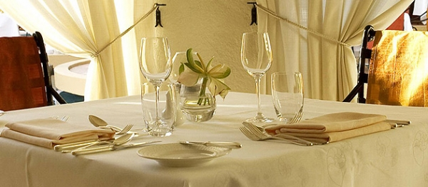 Banquet-table-with-flowers