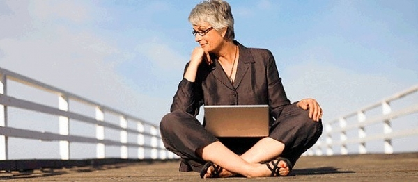 woman-sitting-with-laptop
