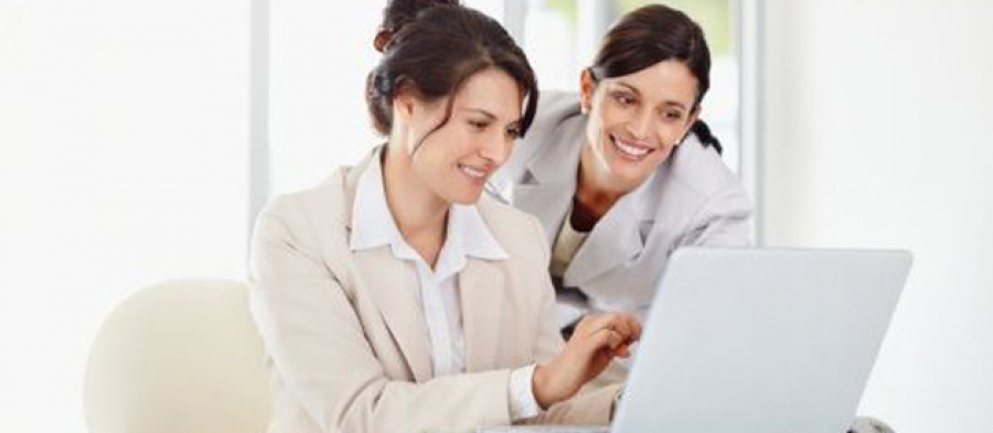 Businesswomen-using-laptop
