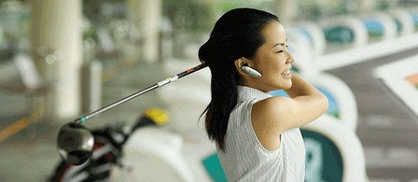 woman-golfer-on-driving-range